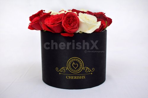 A combination of white and red roses to surprise your loved one.