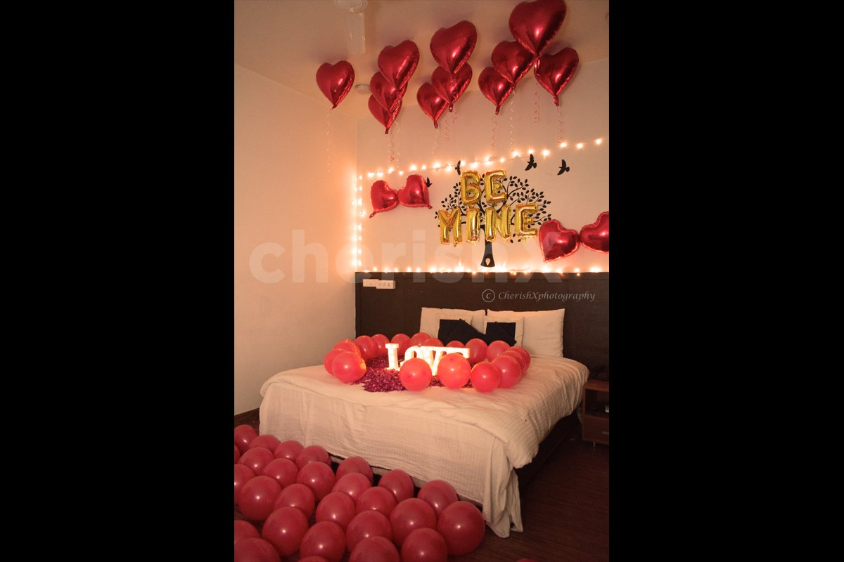 Air balloon room decoration to surprise your love.