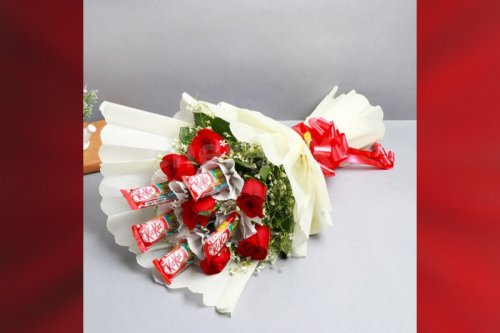 Roses and kitkat bouquet hoe delivery