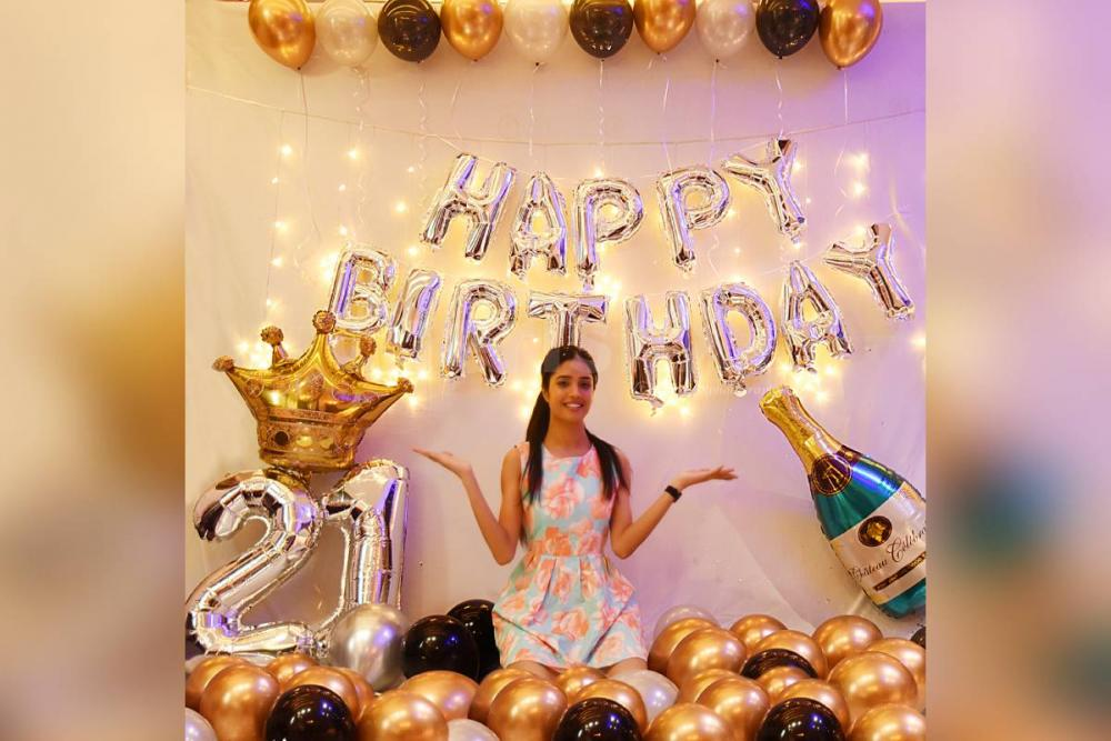Book this Spectacular Golden Chrome Balloon Decoration only from cherishx