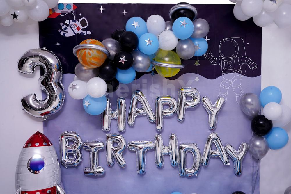 Give your kid the feeling of space by having this attractive Balloon room decor.