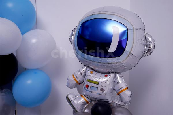The astronaut foil balloon included giving the feel of the space.