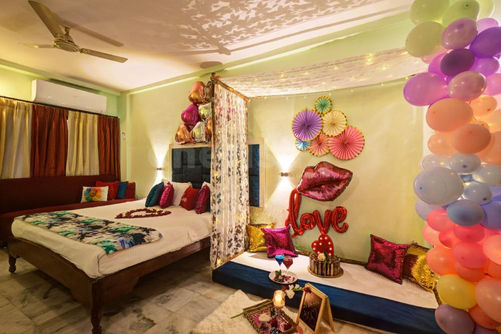 stay and dinner in a room with romantic decoration