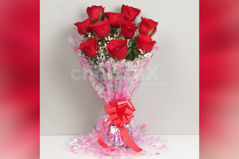 Make him/her feel special with a bouquet of 10 red roses.
