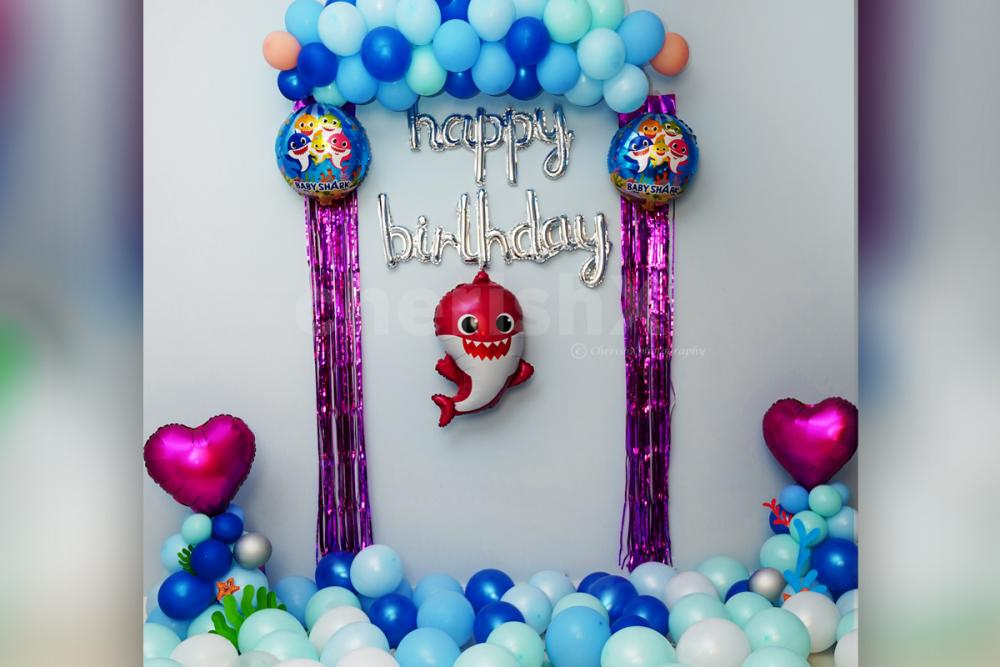 Decorate your room with baby shark balloons for an amazing party!