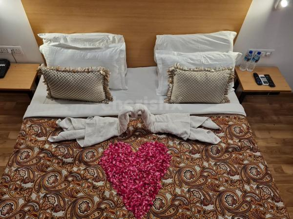 Romantic Stay in Mod room with Dinner