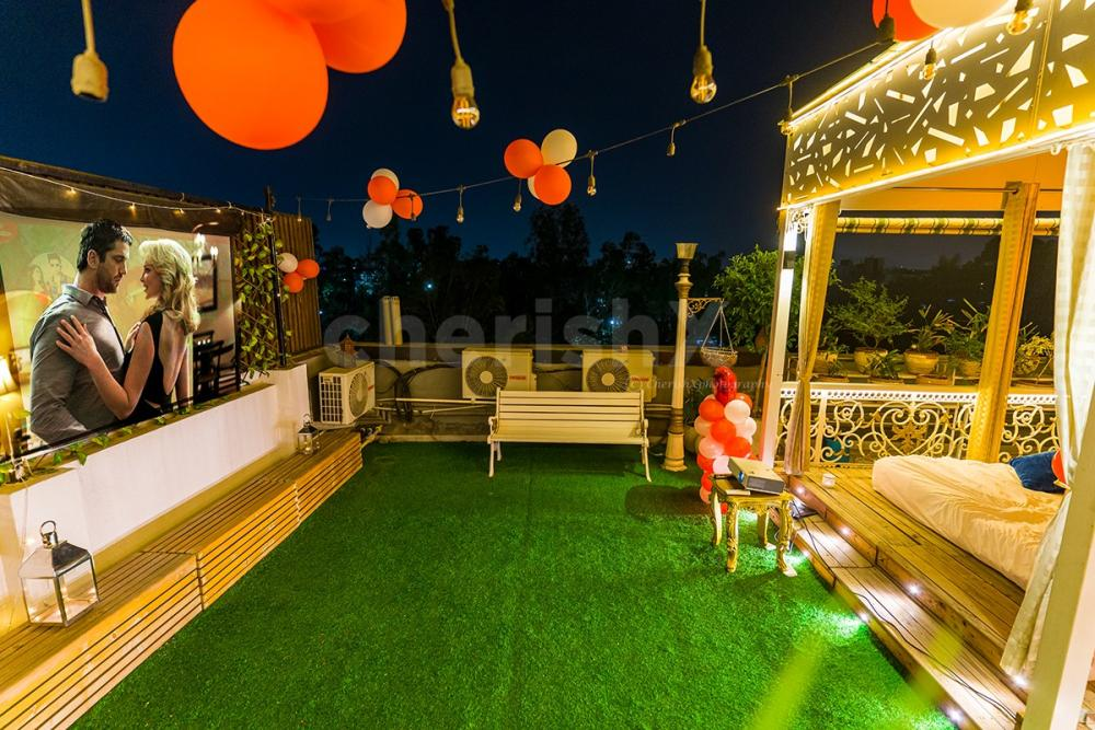 This Private Movie date can be perfect for you to hang out with your special one. The decor is specially done to give you romantic feels.