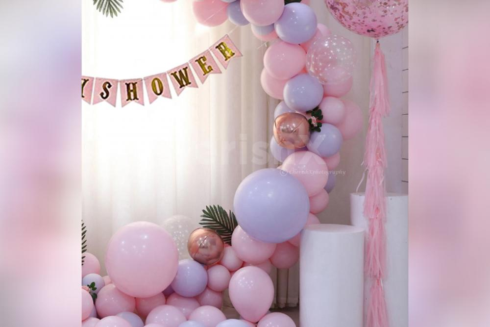 Loaded with Roe Gold balloons and silver foil balloons, this decor is likely to touch the hearts of your guests!